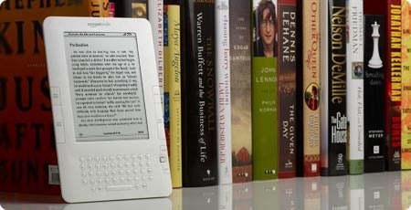 Ebook на книжной полке, среди бумажных книг
